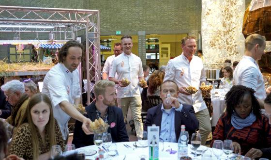 Leden van het BoulangerieTeam serveedren de gangen uit tijdens het diner, met daarbij natuurlijk brood.