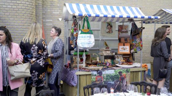 Bake for Life staat met een kraam op de markt. op 9 mei vierde de organisatie haar 20-jarig bestaan. Marleen Pater, echtgenote van Johan, is de initiator achter dit project.