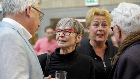Carine Weve praat met de bezoekers over haar kunstwerk GIST.