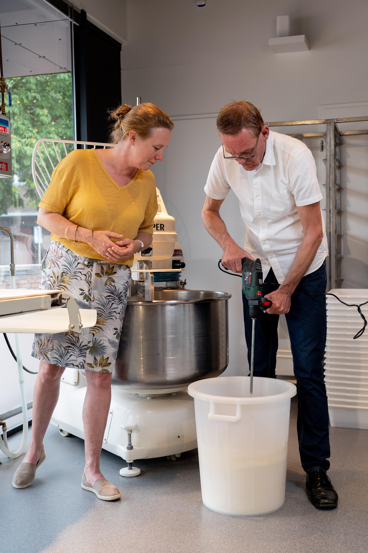 Bakker Sybren Zwart in gesprek met Petra Kuiper over de deegbereiding.