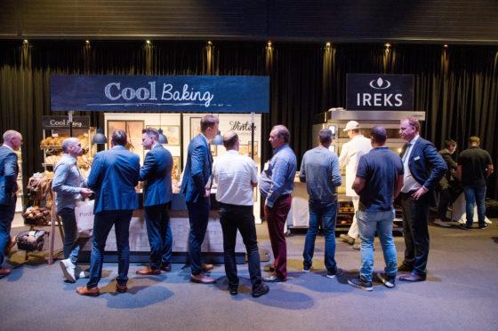 De stand van Ireks krijgt veel bezoekers die uitleg willen over Coolbaking: het deeg wordt via de koeling verwerkt en maakt meer overdag bakken makkelijker.