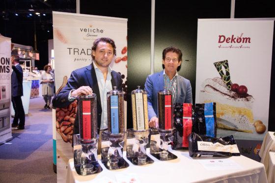 Dekom heeft Veliche chocolade uit België aan het assortiment toegevoegd. Op de foto Dekom-eigenaar Maarten Peters van Dekom en Thomas Neven van Veliche.