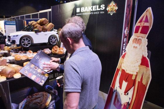 Bakels senior presenteert diverse producten, waaronder de Cake to Go. De mini-auto is een blikvanger; de gadget is te winnen door een bakker, zodat hij/zij de auto als blikvanger in zijn/haar eigen bakkerswinkel kan neerzetten.