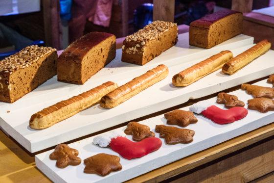 Wat kun je nog meer met ontbijtkoek? Taai Taai Koekies maken bijvorobeeld, laat Van der Pol en Zonen zien. Voor de verkoop of leuk om de kleine consument op te trakteren in plaats van een krentenbolletje bijvoorbeeld.