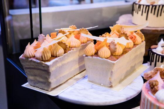 Gember is een smaaktrend. Dré Everstijn van Debic verwerkt de smaak in deze geglaceerde gembercakes, waarin botercrème is verwerkt.