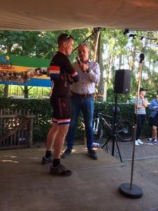 Oud-professional Erik Dekker in gesprek met Tour-organisator Harry van den Besselaar.