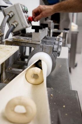 Productie van bagels in de bakkerij die op 1 juli verhuisd is van Ede naar Veenendaal.